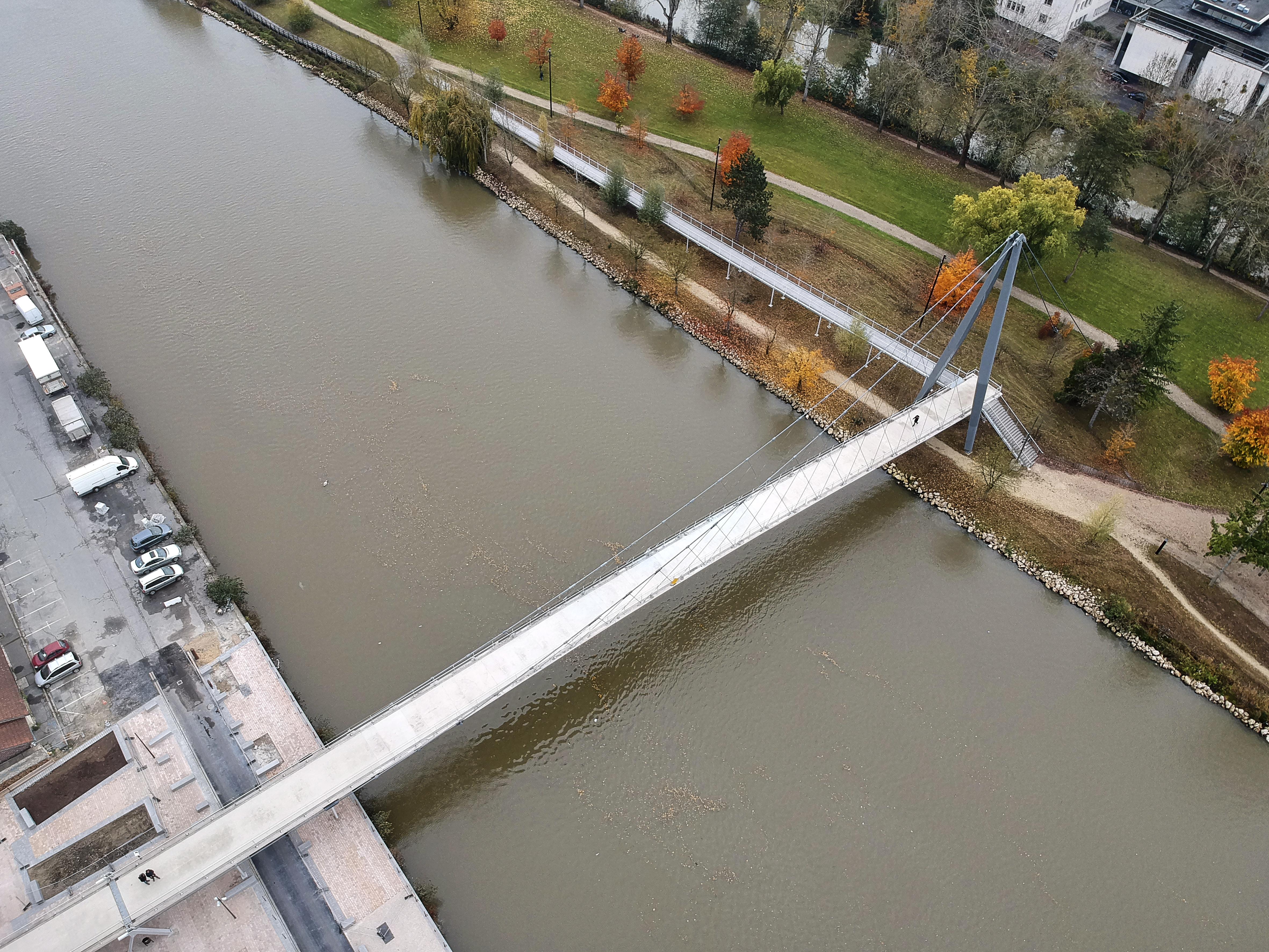 Le mât de 18m, les câbles porteurs, les suspentes croisées, face au ciel